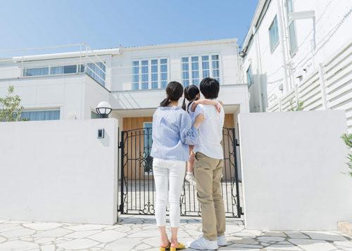 家を見つめる家族